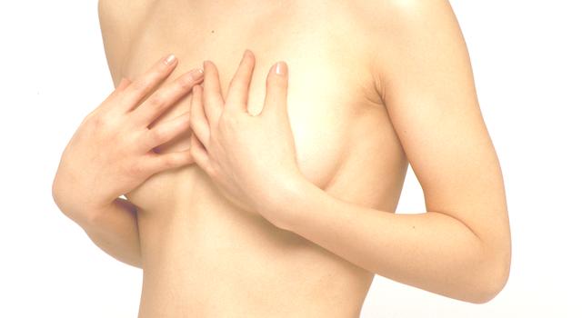 左右対称になる為に豊胸手術は受けるべき?
